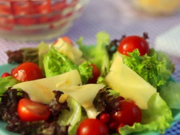 Салат из помидоров и земляники с зеленью и твердым сыром