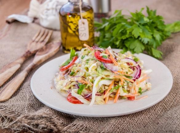Яркий витаминный салат с йогуртовой заправкой
