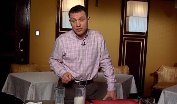 Анатолий Гнатюк готовит молочный коктейль