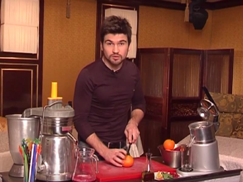Василий Бондарчук готовит витаминный фреш
