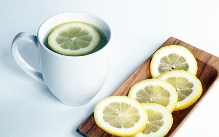 Почему по утрам стоит пить теплую воду с лимоном