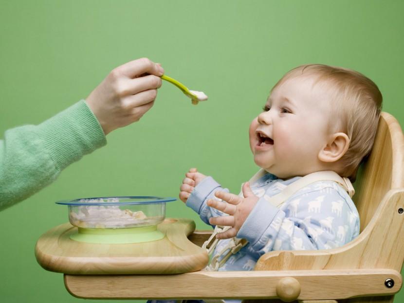 Чем и как кормить детей: советы врача