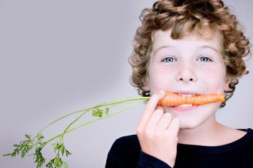Чем и как кормить детей