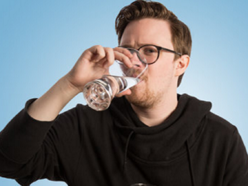 Что будет, если пить по 4 литра воды в день. Американский журналист проверил популярную рекомендацию диетологов