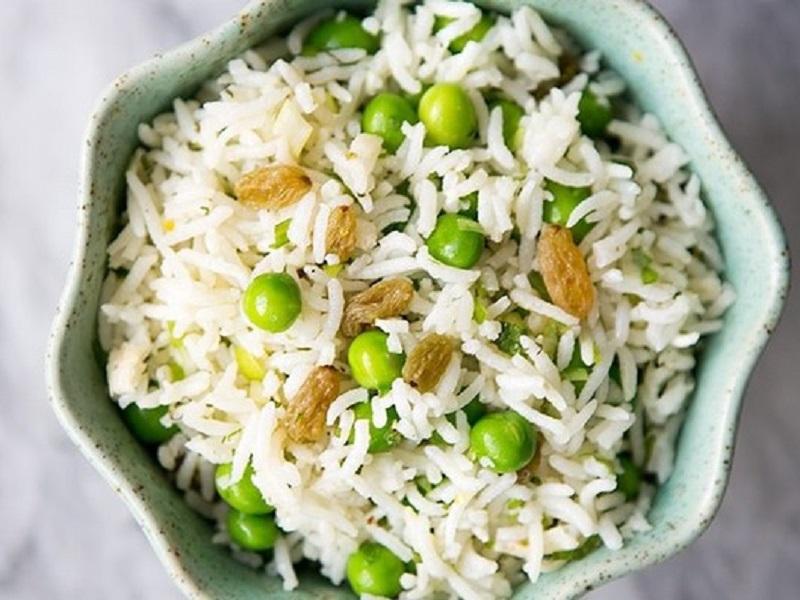 Салат с рисом, горошком и мятой