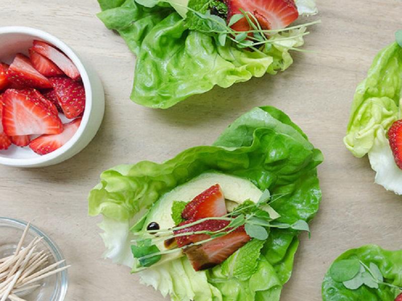 Сэндвич-врап с салатом латук, клубникой и авокадо