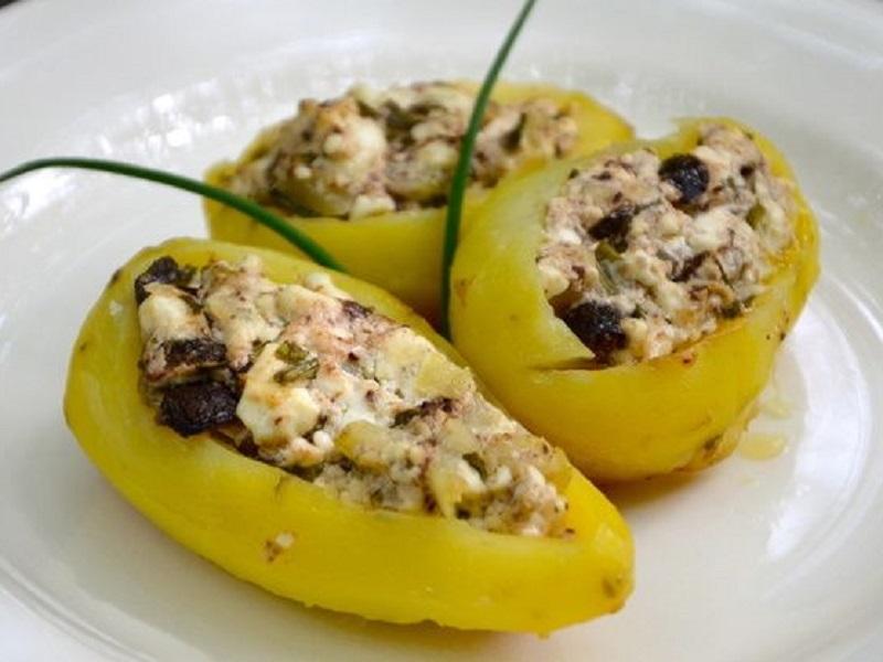 Картофель, фаршированный сыром фета и оливками