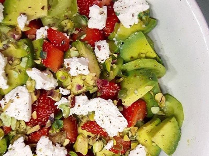 Салат с клубникой, авокадо и козьим сыром