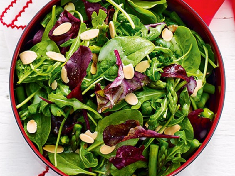 Свекольный салат со шпинатом и миндалем