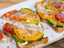 Сэндвич с авокадо, рикоттой и томатами