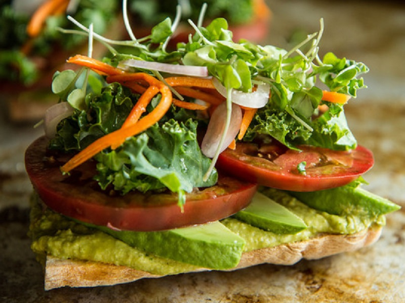 Вегетарианский тост с авокадо и томатами