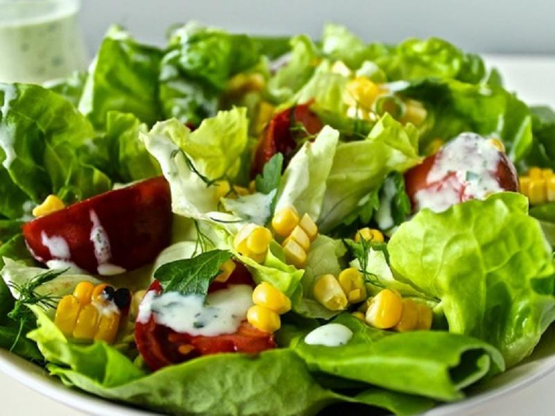 Салат с томатами и кукурузой