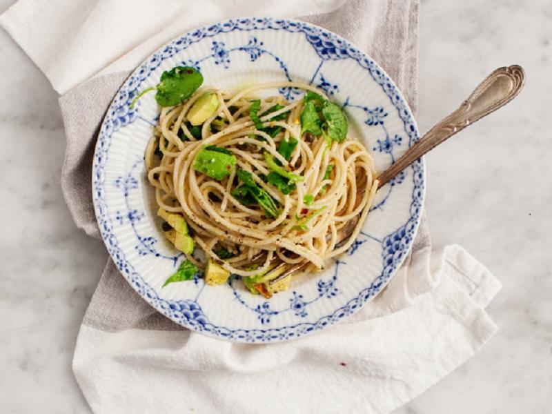 Спагетти с авокадо и лимонной цедрой