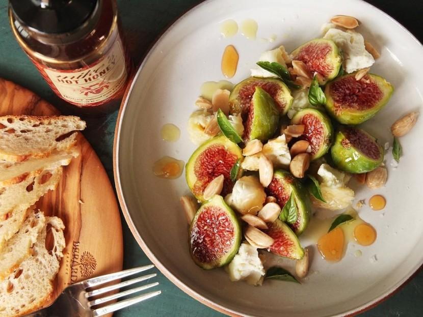 Салат с инжиром и миндалем