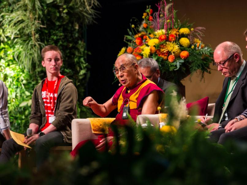 Далай Лама «Если детей не ласкать, не обнимать, то есть не любить по-настоящему, то их нормальное развитие обречено»(3)