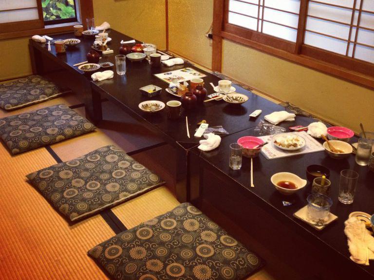 Почему лучше сидеть на полу во время еды